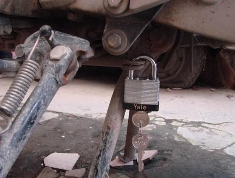 khóa chống trộm chân trống xe máy