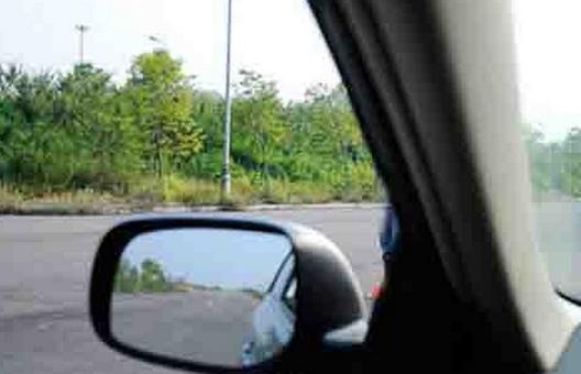 quan sát kỹ bên trái khi lái ô tô